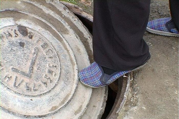 Чем опасны канализационные люки
